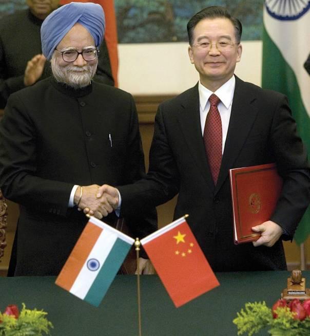 """""""לקדם את מעמדנו בסין ובהודו"""". חתימה על הסכם שיתוף פעולה כלכלי בין סין להודו, 2088  צילום: גטי אימג'ס"""