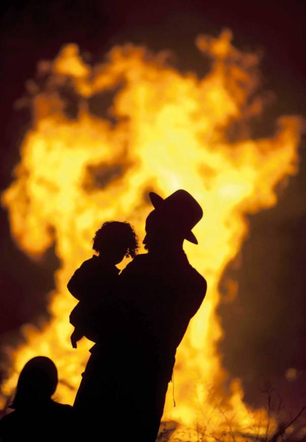 """האלוהות מתפשטת כמו אש. ל""""ג בעומר 2012, בני ברק         צילום: אי.פי"""