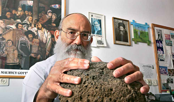 יש אבנים עם לב אדם. הרב יעקב פישר עם אחת מהאבנים צילום: מרים צחי