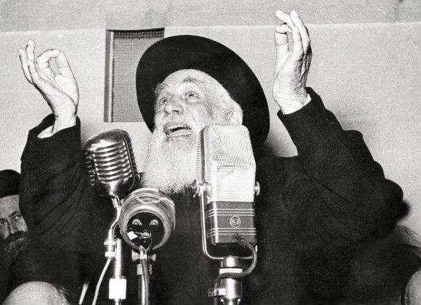 """חכמה, גבורת נפש ואהבת ישראל. הרב יוסף כהנמן בחנוכת ישיבת פוניבז', 1953 הספרייה הלאומית, אוסף שבדרון. הופק ע""""י פוטו בירנפלד, תל אביב"""