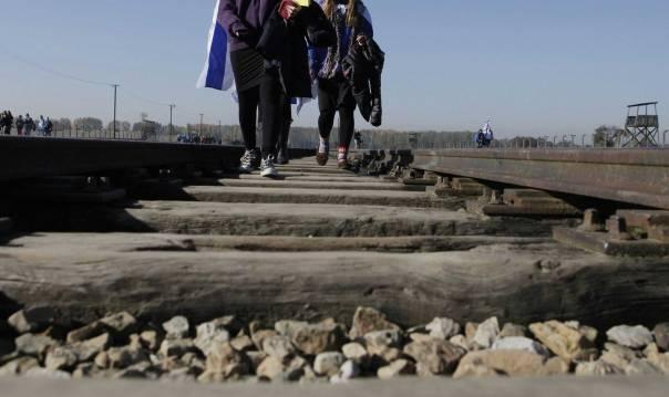 ניסיון להראות שהרבנים שפעלו במחנה עמדו במבחן המנהיגות. מצעד החיים, אושוויץ 2012      צילום: אי.פי