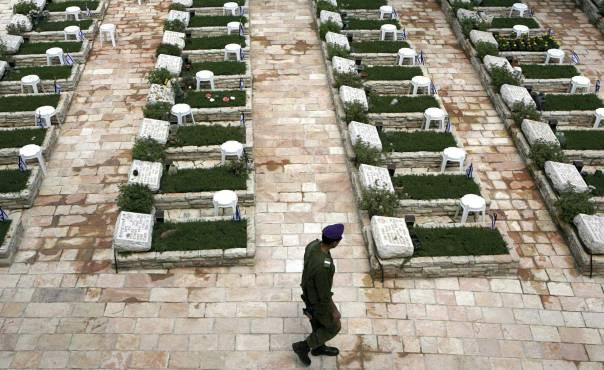 מקורות תלמודיים מפורשים להפרדה בין קבורת יהודים לגויים. בית הקברות הצבאי בהר הרצל  צילום: פלאש 90