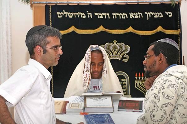 """בית הכנסת שהקמנו הוא הלב של הקהילה, משהו שאומר: """"יש לי מקום בעולם"""". הרב רוני לסר וחברי הקהילה צילום: מרים צחי"""