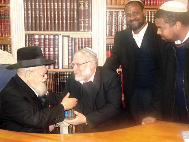 הרב עובדיה יוסף עם הרב מנחם ולדמן. מימין הרבנים אלעד סנבטו ושי אברהם, 2008