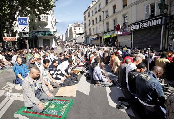 מוסלמים מתפללים בחג עיד אל־פיטר, פריז, צרפת, 2010 צילום: אי.פי.אי