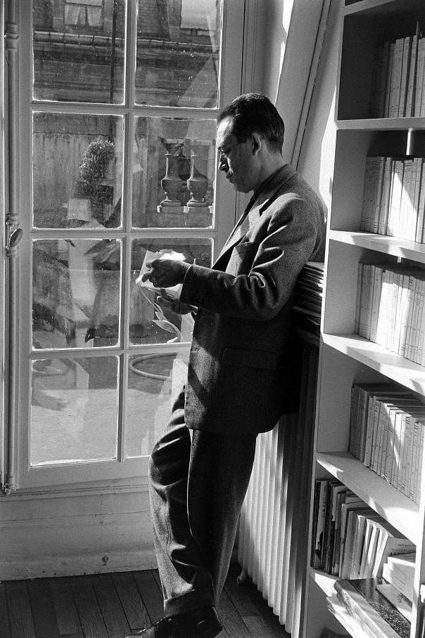 אין טעם לבַכּוֹת את הרוח, מספיק לעמול למענה. אלבר קאמי במרפסת בית ההוצאה לאור שלו, 1955 צילום: גטי אימג'ס