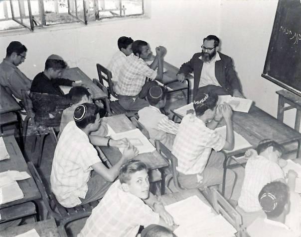 """בכל רגע פנוי מתלמידים היה יושב אל מול הגמרא ולומד. בישיבת כפר הרא""""ה באדיבות המשפחה"""