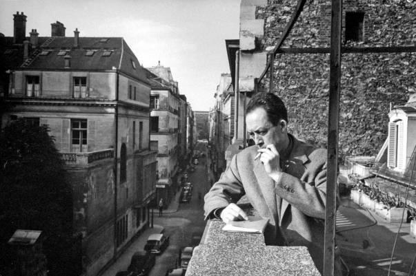 מתייצב גלוי וביושר אישי כלפי הקיום. אלבר קאמי במשרדו, פריז 1957  צילום: גטי אימג'ס