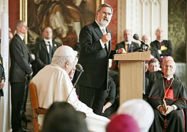 הרב יונתן זקס והאפיפיור בנדיקטוס ה־16 במפגש מנהיגים דתיים בלונדון, 2010  צילום: אי.פי.אי