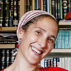 """חנה גודינגר (דרייפוס) היא ראש בית המדרש במדרשת לינדנבאום ומשמשת בתפקיד """"רב"""" בתיכון פלך"""
