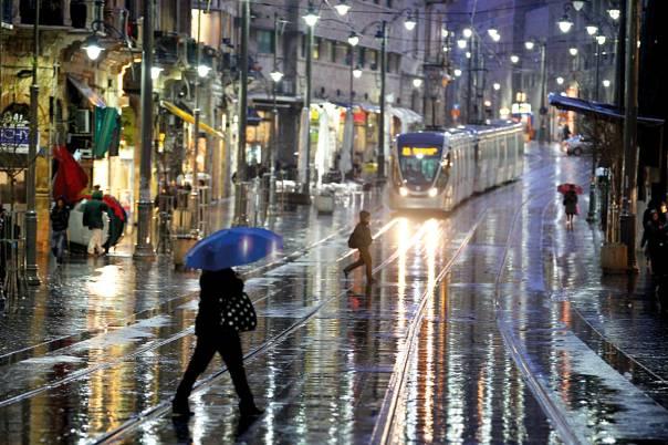 """ספר סתווי עם מוטיבים מימיים כמו המבול ו""""תשליך"""". גשם בירושלים  צילום: פלאש 90"""