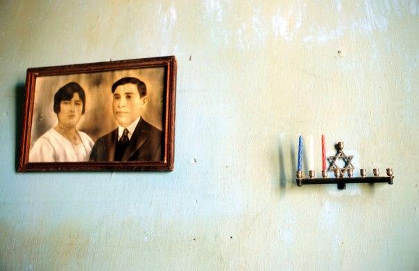 שריד והמשך ישיר להדלקת הנרות בבית המקדש. חנוכייה תלויה על קיר משפחה יהודית בהוואנה, קובה  צילום: פלאש 90
