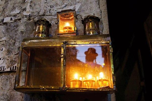 """האורות השכליים הגדולים מוכרעים על ידי הנר הקטן. חנוכה במאה שערים, תשע""""ב  צילום: פלאש 90"""