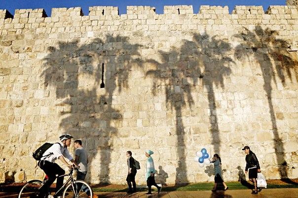 חלום מהצד האחד, ומושא שמנסים להתגבר עליו מן הצד השני. ירושלים 2013  צילום: פלאש 90