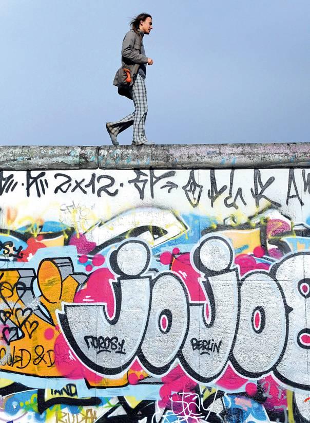 לא מסוגלת להבין את מי שעושה דרכון גרמני. חומת ברלין צילום: אי.פי.איי