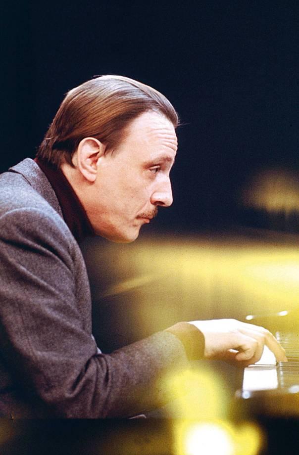 מנהל דיאלוג עם עצמו בעת הנגינה. הפסנתרן ארטורו בֶּנדֶטי מיכֶּלאנג'לי  צילום: גטי אימאג'ס