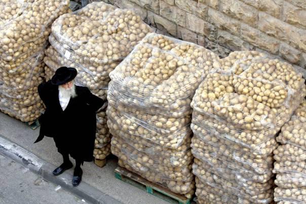 ההתפרנסות מן הצדקה אינה גזרת שמים. חלוקת מזון בשכונת גאולה, ירושלים  צילום: פלאש 90. למצולם אין קשר לכתבה