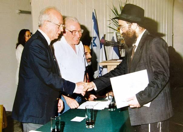 """""""משורר בחברה החרדית שמקבל פרסים מחילונים"""". עוזר מקבל את פרס ראש הממשלה צילום: דינה גונה"""