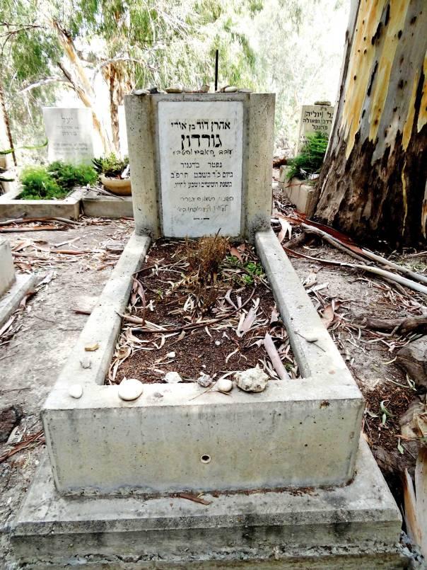 זהו גורדון עבורנו – חיבור. קברו של גורדון בדגניה א'     צילום: Hanay