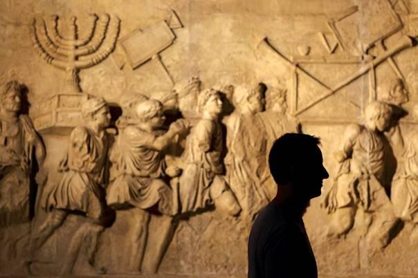 הגלות נתפשה אצלו כעונש חינוכי. העתק תבליט שער טיטוס בבית התפוצות