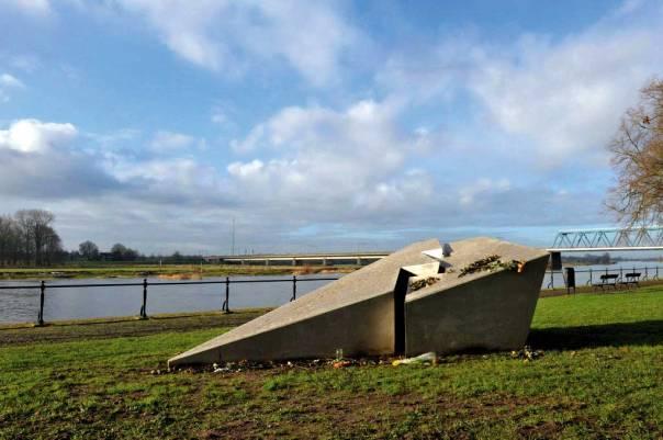 """ה""""מוארים"""" לא מגיעים לקרסוליה. אנדרטה לזכרה של אתי הילסום, הולנד יוצר: ארנו קרמר, 1945"""