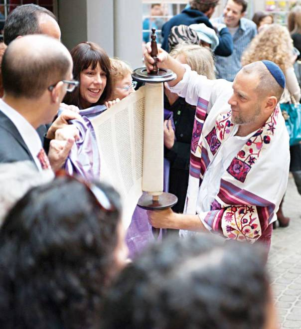 עמיחי לאו לביא (מימין) בטקס שמחת תורה במנהטן עם קהילת Lab/Shul - מעבדת צילום: ג'ניפר לי