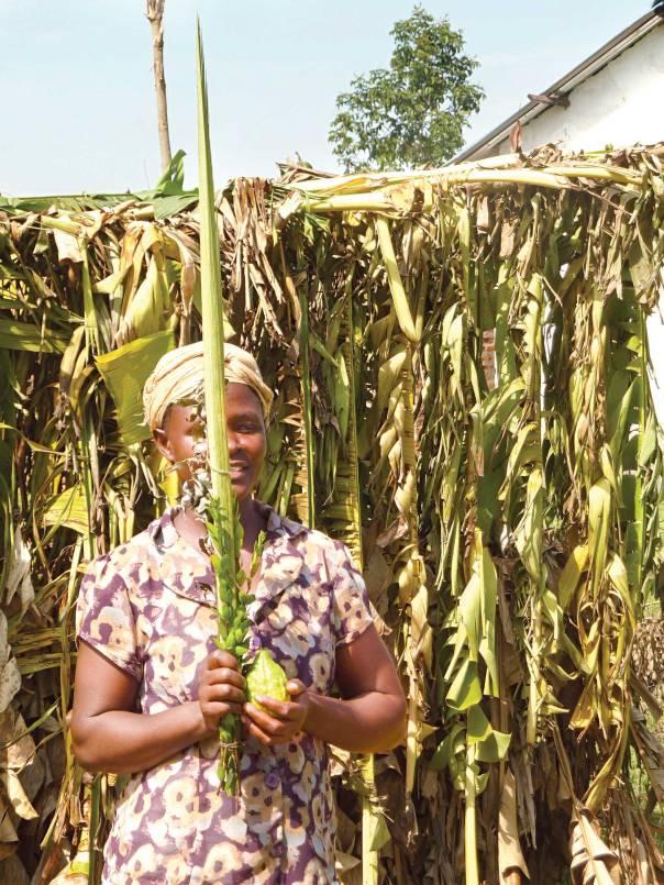צמאים להכרה מהעולם. שירה, אשתו של מנהיג הקהילה בפוטי על רקע סוכת הקהילה   צילום: אהד וילק
