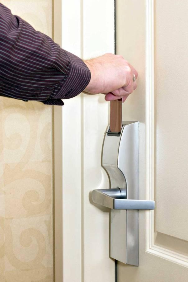 פתרון אפשרי הוא פתיחת הדלת על ידי גוי צילום: שאטרסטוק