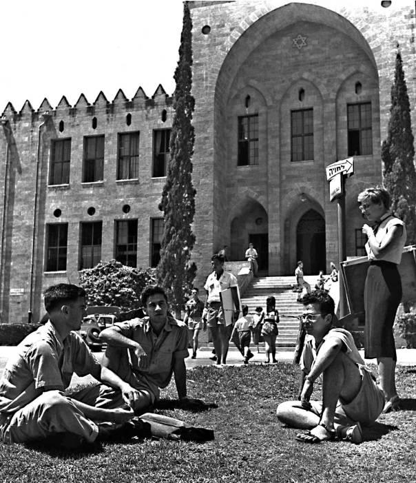 """עליונותה של העברית בישראל בסכנה מוחשית. סטודנטים בטכניון, 1955 צילום: לע""""מ"""