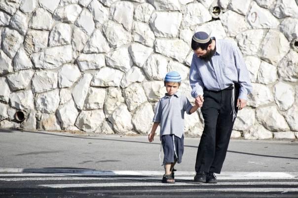 הלמידה הופכת ממדבר צחיח לארץ מלאת פלאות. אב ובנו ביום הראשון לשנת הלימודים, 2010 צילום: פלאש 90, למצולמים אין קשר לכתבה