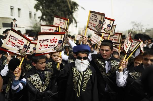 המודרנה נמצאת במיעוט קטן בתוך הממסד הרבני. הפגנת החרדים בירושלים צילום: פלאש 90