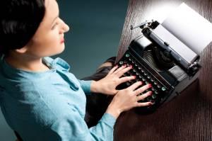 קלדנית אינטליגנטית ושני סופרים המתחרים על שירותיהצילום אילוסטרציה: שאטרסטוק