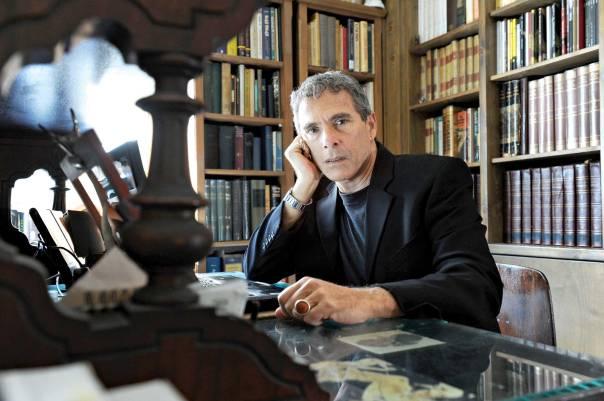 רוב הזמן מוקדש אצלי לכתיבה. אמיר אור צילום: ראובן קסטרו