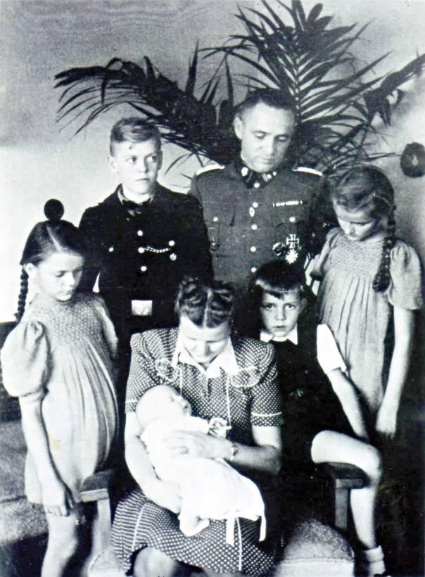 רוצח המונים שקול ומחושב. רודולף הס ומשפחתו, 1943. מתוך הספר  המכון להיסטוריה בת זמננו, מינכן / ריינר הס