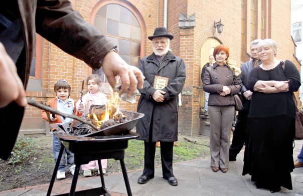 הזמנה להיות חלק מהעם היהודי. שריפת חמץ בקהילה היהודית בברלין צילום: אי.פי
