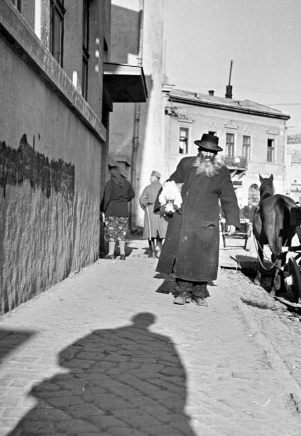 שרשרת טענות שהחסיד מפנה אל א־לוהיו. יהודי ברחובות הגטו, 1939 צילום: גטי אימג'ס