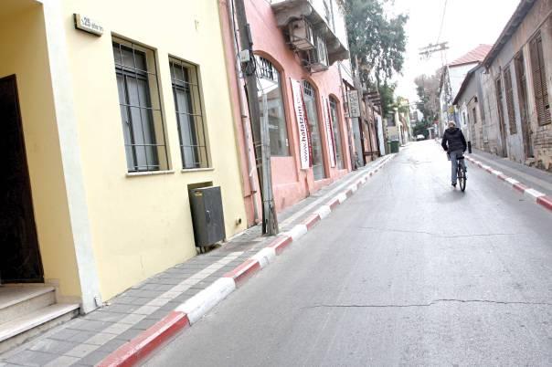 אינו בורח מנופי ילדותו. נווה צדק, תל אביב צילום: יהונתן שאול