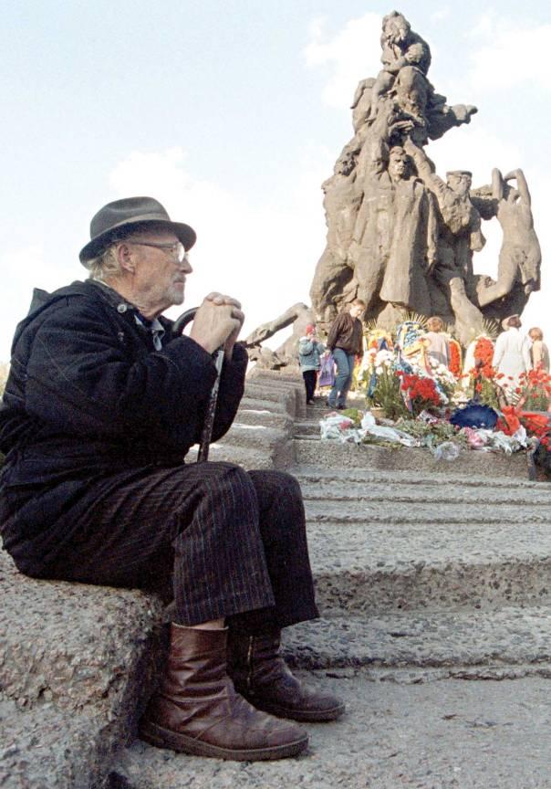קהילה בעלת שורשים עמוקים מאוד. יהודי אוקראיני ליד האנדרטה בבאבי יאר, 2000 צילום: אי.פי.איי