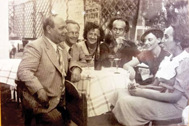 """משוררות מרבות להשתמש בשמות תואר בהשוואה למשוררים. יוכבד בת מרים, לאה גולדברג ואברהם שלונסקי עם חבורת """"יחדיו"""" במרפסת קפה אררט, תל אביב 1938 צילום: יעל ויילר ישראל"""