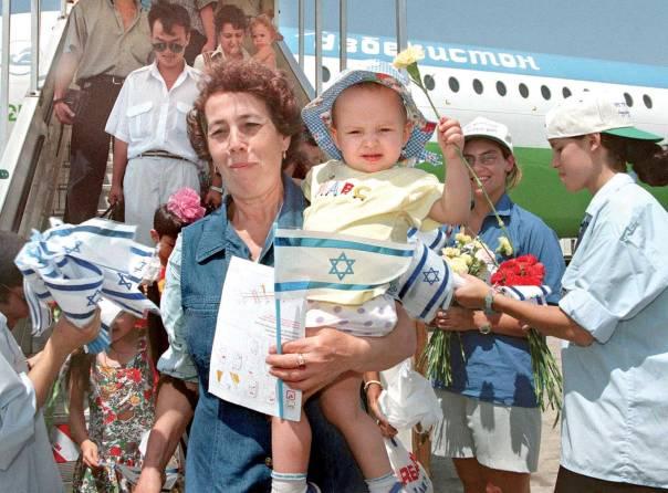 """בשר מבשרנו. עולים מאוזבקיסטן, נתב""""ג, 1998  צילום: AFP, למצולמים אין קשר לכתבה"""