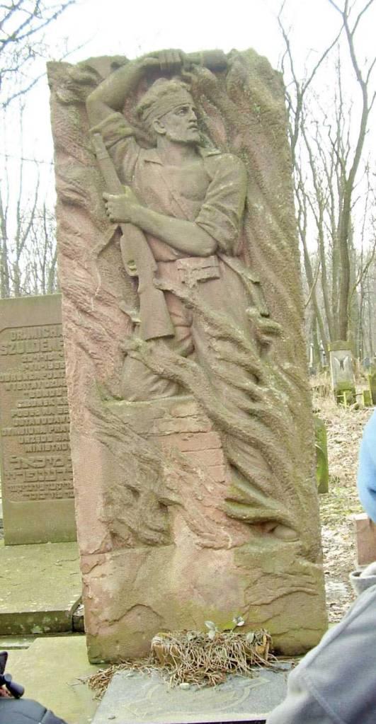 נלחמו בציונות. אנדרטת הבונד בבית הקברות היהודי בוורשה צילום: אור גואטה