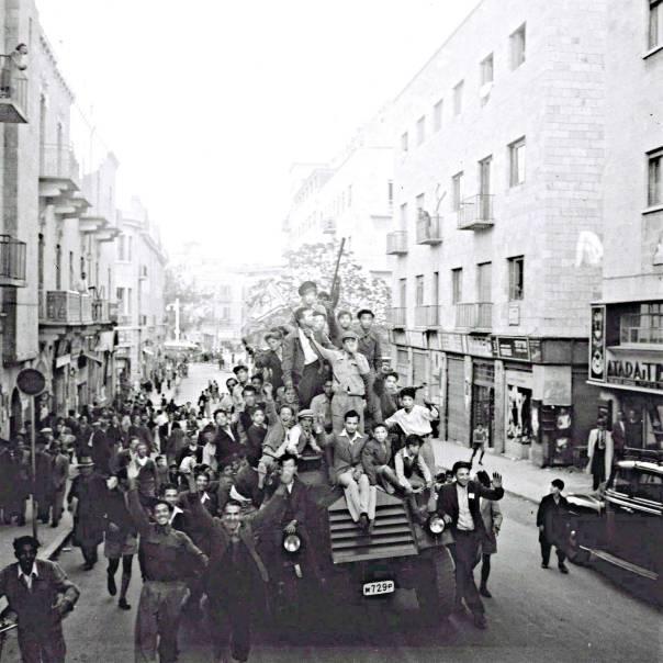 """""""משאיות עמוסות נושאות צעירים וצעירות צוהלים"""" חגיגות בירושלים לאחר הכרזת האו""""ם, כ""""ט בנובמבר"""