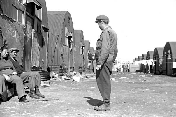 """""""גרמניה ופולין כבר מאחור, אך ארץ ישראל עדיין בגדר חלום"""". מחנה מעצר בקפריסין, 1949  צילום: לע""""מ"""