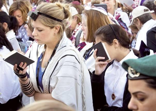 """""""לא מציע לטאטא את שאלת מעמד האישה מתחת לשטיח"""". תפילת נשות הכותל  צילום: פלאש 90"""