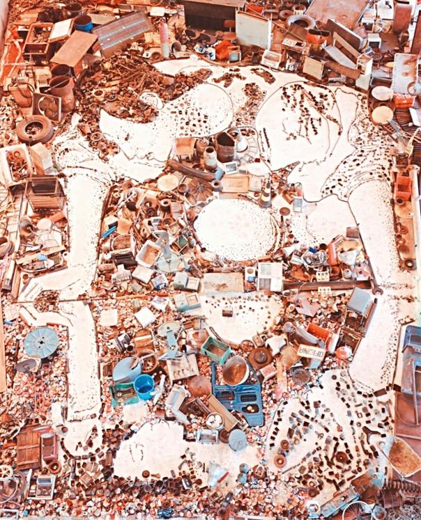 """מחפש בפסולת משמעות. נרקיס, בעקבות קרוואג'ו, 2005, מתוך הסדרה """"תמונות פסולת"""""""