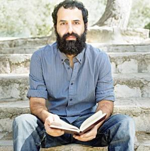 """אלמוג בהר הוא מחבר ספר השירים """"צמאון בארות"""" (עם עובד, 2008) והרומן """"צ'חלה וחזקל"""" (כתר, 2010) צילום: נעה ברזנר"""