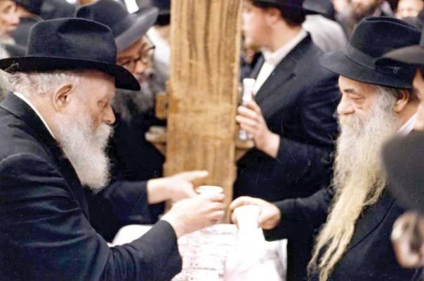 ר' יואל כהן מקבל כוס של ברכה מהרבי מלובביץ' הצילומים באדיבות JEM