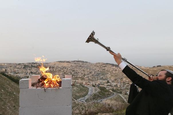 """השראת שכינה או אש שתאכל את כולנו? טקס זכר לקרבן הפסח, ירושלים תשע""""ג צילום: פלאש 90"""