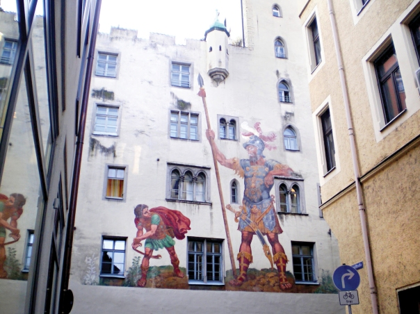 המציאות עוטה מסכות. דוד וגוליית, ציור קיר בגרמניה  צילום: כ.אלון