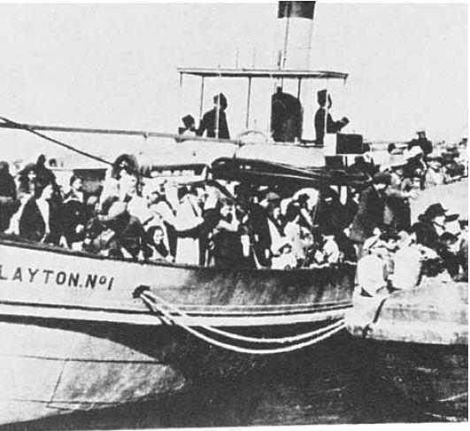 העיר התרוקנה מיהודיה. יהודים מגורשים מהארץ על־ידי התורכים, נמל יפו, 1915  צילום: אוסף פרטי מרדכי נאור